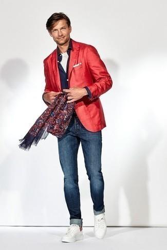 Comment porter un blazer rouge: Pense à associer un blazer rouge avec un jean bleu marine pour aller au bureau. Si tu veux éviter un look trop formel, opte pour une paire de des baskets basses en toile blanches.