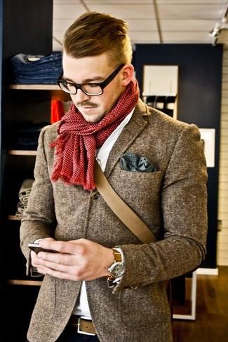 Comment porter: blazer en laine gris, chemise de ville blanche, besace marron, pochette de costume á pois olive
