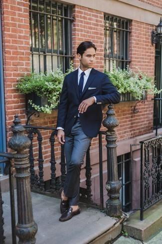Comment porter une cravate en tricot bleu marine et blanc: Pense à porter un blazer bleu marine et une cravate en tricot bleu marine et blanc pour un look classique et élégant. Une paire de des bottes habillées en daim gris foncé est une option avisé pour complèter cette tenue.