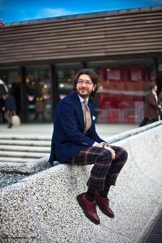 Comment porter une cravate écossaise beige à 30 ans: Essaie d'harmoniser un blazer bleu marine avec une cravate écossaise beige pour une silhouette classique et raffinée. Cette tenue est parfait avec une paire de des chaussures richelieu en cuir bordeaux.