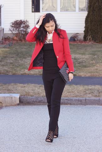 Comment porter: blazer rouge, chemise de ville blanche, combinaison pantalon noire, bottines en daim découpées noires