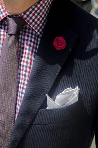Comment porter: blazer bleu marine, chemise de ville en vichy bordeaux, cravate á pois bordeaux, pochette de costume en soie blanche