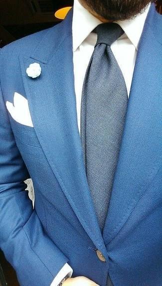 Comment porter: blazer bleu, chemise de ville blanche, cravate en laine bleu marine, pochette de costume blanche