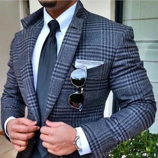 Comment porter: blazer en laine écossais gris, chemise de ville blanche, cravate gris foncé, pochette de costume blanche