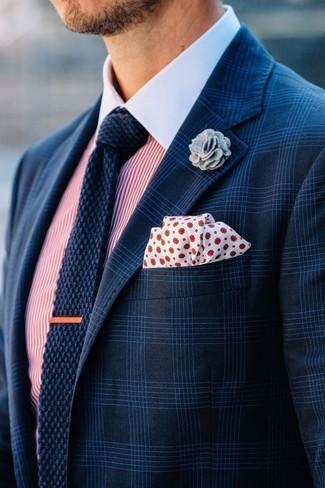 Quelque chose d'aussi simple que d'harmoniser un blazer écossais bleu marine avec une chemise de ville à rayures verticales blanche et rouge peut te démarquer de la foule.