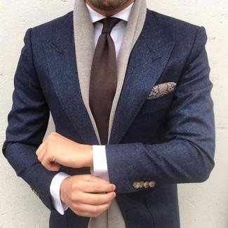 Comment porter: blazer en laine bleu marine, chemise de ville blanche, cravate marron foncé, pochette de costume en soie imprimée cachemire marron