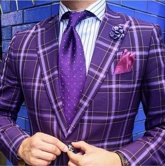 Comment porter une chemise de ville à rayures verticales pourpre: Porte une chemise de ville à rayures verticales pourpre et un blazer à carreaux pourpre pour créer un look chic et décontracté.