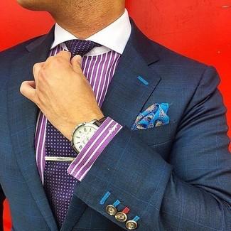 Comment porter une chemise de ville à rayures verticales pourpre: Associer une chemise de ville à rayures verticales pourpre avec un blazer à carreaux bleu marine est une option avisé pour une journée au bureau.