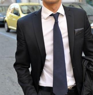 Comment porter: blazer gris foncé, chemise de ville blanche, cravate en soie bleu marine, pochette de costume á pois gris foncé