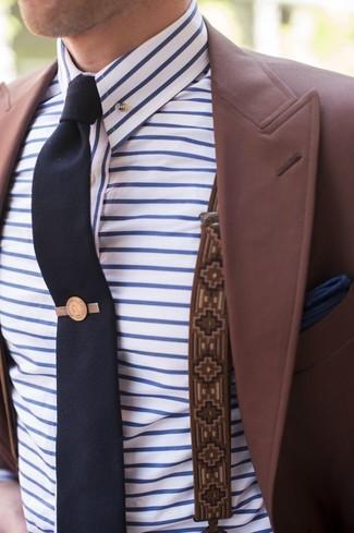 Comment porter: blazer bordeaux, chemise de ville à rayures horizontales blanc et bleu, cravate bleu marine, pochette de costume bleu marine