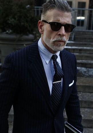 Comment porter: blazer à rayures verticales bleu marine, chemise de ville à rayures verticales bleue, cravate á pois bleu marine et blanc, pochette de costume blanche