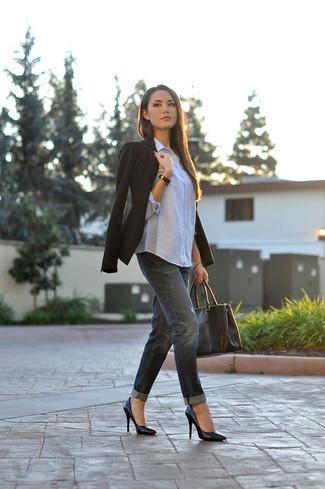 Comment porter: blazer noir, chemise de ville bleu clair, jean boyfriend noir, escarpins en cuir noirs