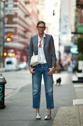 Comment porter: blazer gris foncé, chemise de ville blanche, jean boyfriend déchiré bleu, chaussures richelieu en cuir argentées