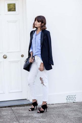 Comment porter: blazer bleu marine, chemise de ville bleu clair, jean boyfriend déchiré blanc, sandales à talons en daim noires
