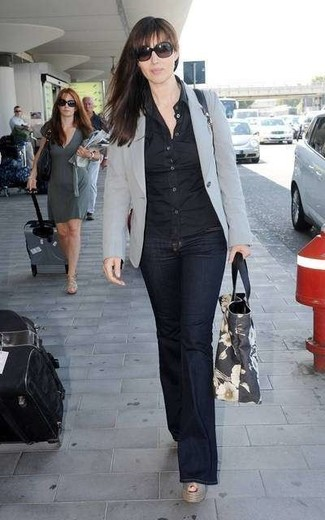 Comment porter: blazer gris, chemise de ville noire, jean flare bleu marine, sandales compensées en cuir grises