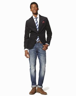 Comment porter une pochette de costume á pois rouge et blanc: Opte pour un blazer en coton gris foncé avec une pochette de costume á pois rouge et blanc pour une tenue relax mais stylée. Choisis une paire de des bottines chukka en daim marron clair pour afficher ton expertise vestimentaire.