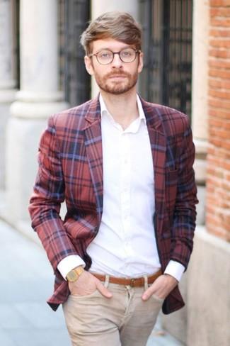 Comment porter: blazer écossais rouge et bleu marine, chemise de ville blanche, jean marron clair, ceinture en cuir tabac