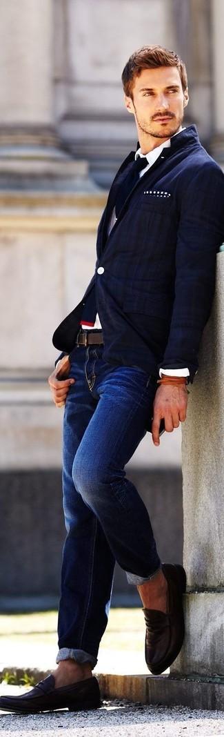 Comment porter: blazer à rayures verticales bleu marine, chemise de ville blanche, jean bleu marine, slippers en cuir marron foncé
