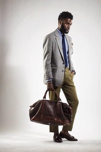 Comment porter: blazer écossais gris, chemise de ville bleu clair, jean en velours côtelé olive, mocassins à pampilles en cuir marron foncé