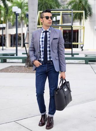 Comment porter: blazer gris, chemise de ville en vichy blanc et bleu, jean bleu marine, bottines chukka en cuir bordeaux
