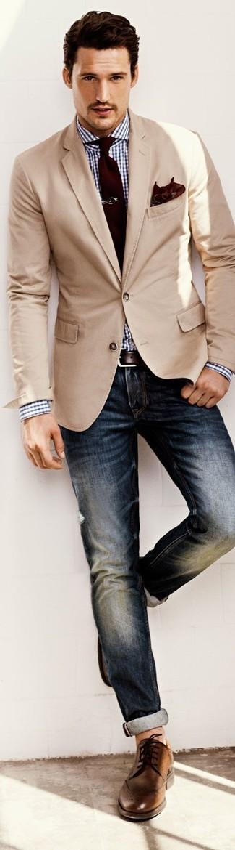 Comment porter: blazer beige, chemise de ville en vichy blanc et bleu marine, jean bleu marine, chaussures brogues en cuir marron