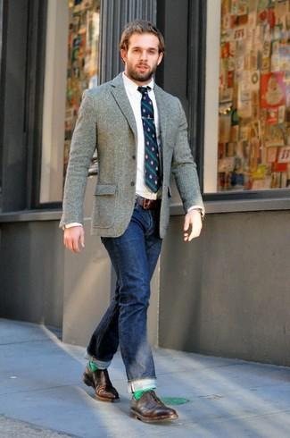 Comment porter: blazer en laine gris, chemise de ville blanche, jean bleu marine, chaussures brogues en cuir marron