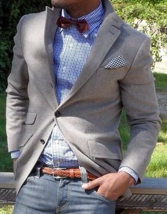 Quelque chose d'aussi simple que d'harmoniser un blazer gris avec un jean bleu marine peut te démarquer de la foule.