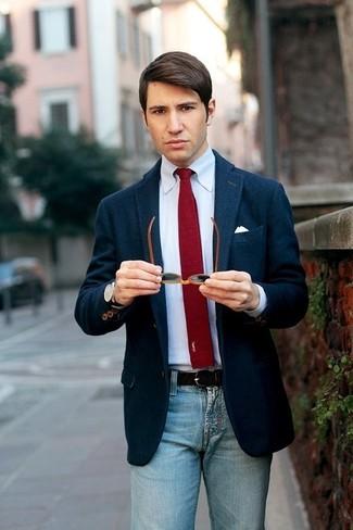 Comment porter: blazer en laine bleu marine, chemise de ville blanche, jean bleu clair, cravate en tricot bordeaux