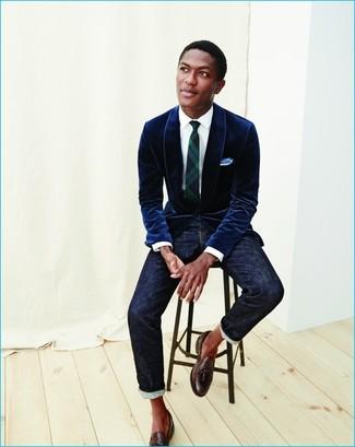 Comment porter: blazer en velours bleu marine, chemise de ville blanche, jean bleu marine, mocassins à pampilles en cuir marron foncé