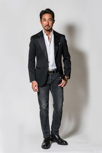 Comment porter: blazer en satin noir, chemise de ville blanche, jean gris foncé, bottines chelsea en cuir noires