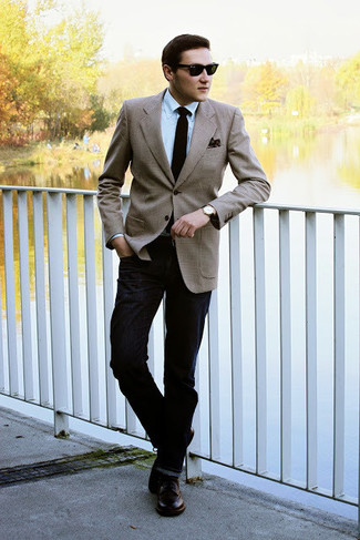 Comment porter: blazer marron clair, chemise de ville bleu clair, jean noir, chaussures derby en cuir marron foncé