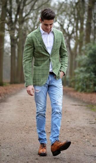 Comment porter: blazer à carreaux olive, chemise de ville blanche, jean déchiré bleu clair, chaussures brogues en cuir marron
