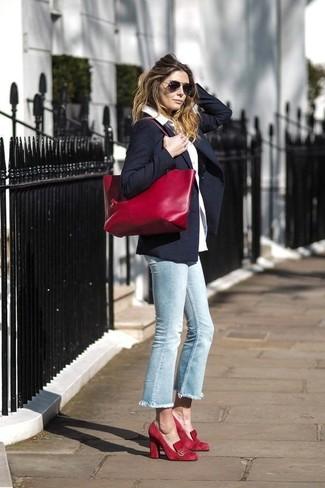 Comment porter: blazer bleu marine, chemise de ville blanche, jean bleu clair, escarpins en daim rouges