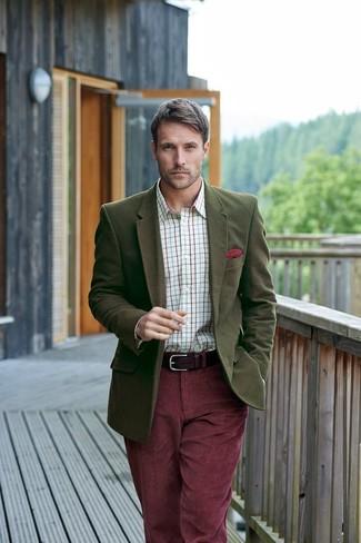 Comment porter: blazer en laine olive, chemise de ville à carreaux blanche, jean en velours côtelé bordeaux, pochette de costume rouge
