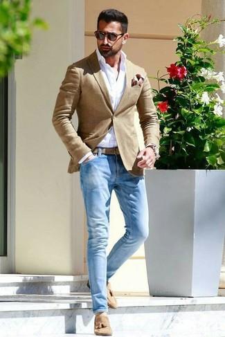 Comment porter: blazer marron clair, chemise de ville blanche, jean bleu clair, mocassins à pampilles en daim marron clair