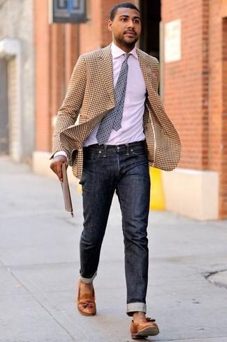 Comment porter: blazer en vichy marron clair, chemise de ville blanche, jean noir, mocassins à pampilles en cuir tabac