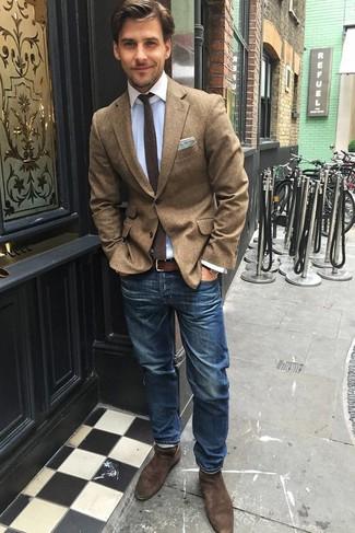 Comment porter: blazer en laine marron, chemise de ville bleu clair, jean bleu, bottines chelsea en daim marron