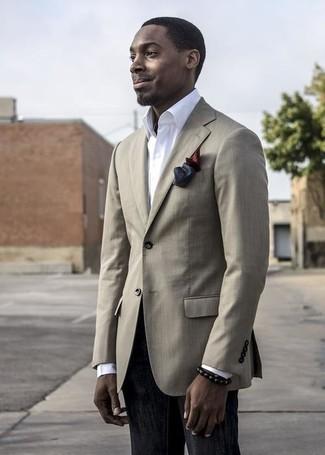 Comment porter: blazer beige, chemise de ville blanche, jean noir, pochette de costume en soie bordeaux