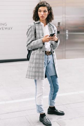 Comment porter: blazer écossais gris, chemise de ville blanche, jean bleu clair, slippers en cuir noirs