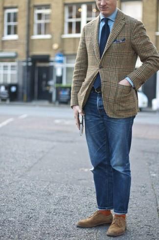 Comment porter: blazer en laine écossais olive, chemise de ville bleu clair, jean bleu, chaussures derby en daim marron