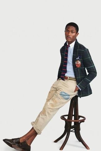 Comment porter: blazer à carreaux vert foncé, chemise de ville bleu clair, jean déchiré beige, chaussures derby en cuir marron foncé
