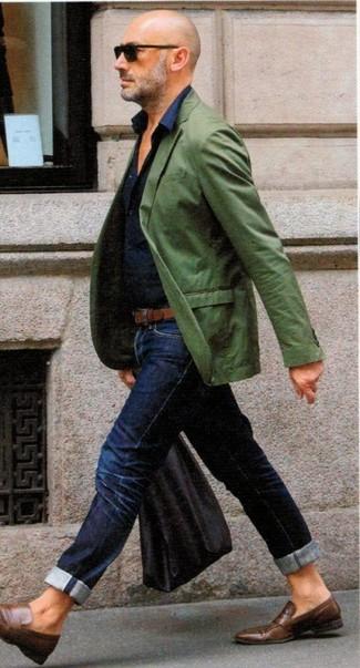 Comment porter: blazer vert, chemise de ville bleu marine, jean bleu marine, slippers en cuir marron