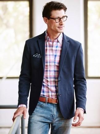 Comment porter: blazer noir, chemise de ville en vichy rose, jean bleu, pochette de costume noire et blanche