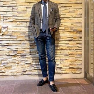 Comment porter: blazer à carreaux marron, chemise de ville blanche, jean bleu marine, mocassins à pampilles en cuir noirs