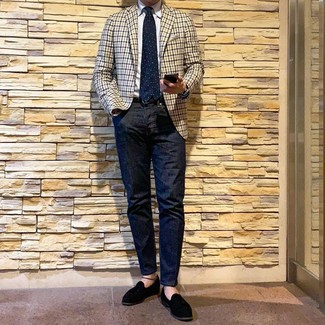 Comment porter: blazer en vichy beige, chemise de ville blanche, jean bleu marine, mocassins à pampilles en daim noirs