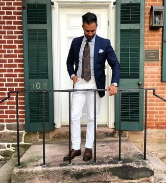 Comment porter: blazer bleu marine, chemise de ville bleu clair, jean blanc, chaussures richelieu en cuir marron foncé