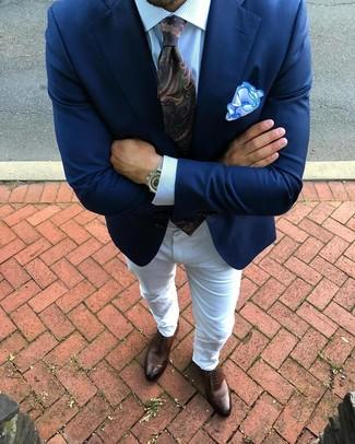 Comment porter une cravate imprimée cachemire vert foncé: Fais l'expérience d'un style élégant et raffiné avec un blazer bleu marine et une cravate imprimée cachemire vert foncé. Assortis ce look avec une paire de des chaussures richelieu en cuir marron.