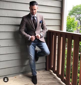 Comment porter: blazer écossais marron foncé, chemise de ville blanche, jean bleu, slippers en daim marron foncé