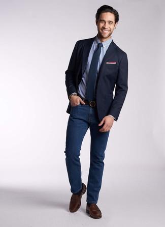Comment porter: blazer bleu marine, chemise de ville en vichy bleue, jean bleu marine, slippers en cuir marron foncé