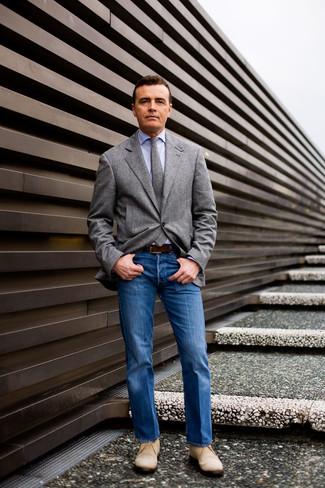 Comment porter un blazer en laine gris: Associe un blazer en laine gris avec un jean bleu pour aller au bureau. Une paire de des bottines chukka en daim beiges est une option génial pour complèter cette tenue.